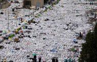 الحجاج يصعدون إلى جبل عرفة وأجواء من الحرّ الشديد بعد الأمطار الغزيرة ليوم أمس