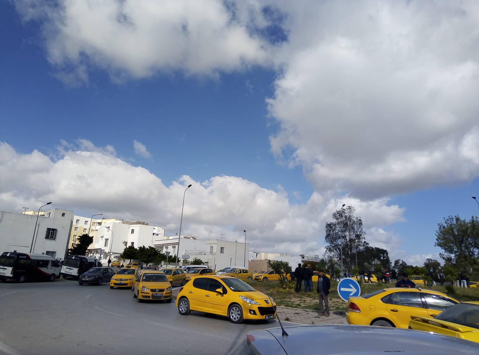 فوضى وتعطيل لحركة المرور في عدد من الجهات على خلفية احتجاجات سائقي التاكسي الفردي (صور)
