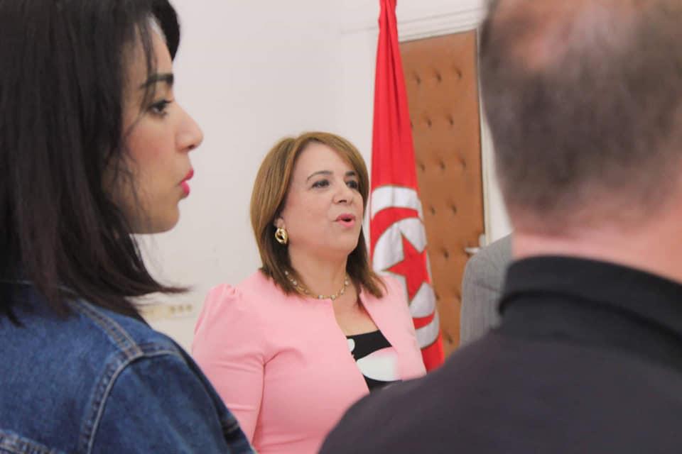 زينب بن حسين تستغل سيارة البلدية وموارد البلدية وتدعو لإجتماع اليوم السبت!!!
