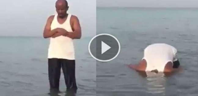 فيديو: رجل يصلي في البحر !!!
