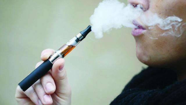 مرض غامض يصيب رئات المدخنين للسجائر الإلكترونية