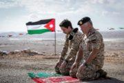 الملك الأردني عبد الله الثاني وولي عهده يصليان داخل منطقة الغمر بعد استعادتها من إسرائيل