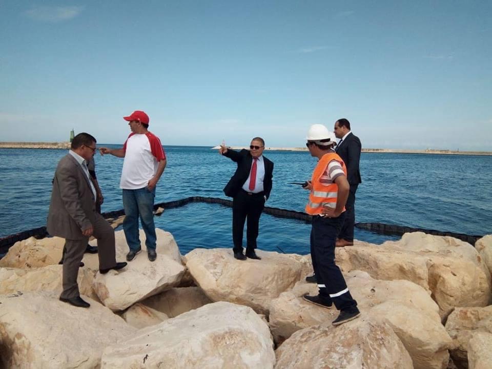 Photo of مجهودات حثيثة للسلطات الجهوية في بنزرت لإزالة أثار التسرب البترولي