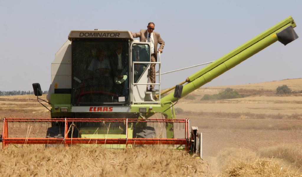 سمير الطيب يفتتح موسم الحصاد بوادي الزرقة بباجة ويتابع عملية التجميع