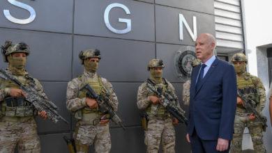 صورة الرئيس يؤدي زيارة تفقدية للوحدة المختصة للحرس الوطني ببئر بورقبة