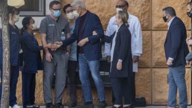 صورة الرئيس الأمريكي الأسبق يغادر المستشفى